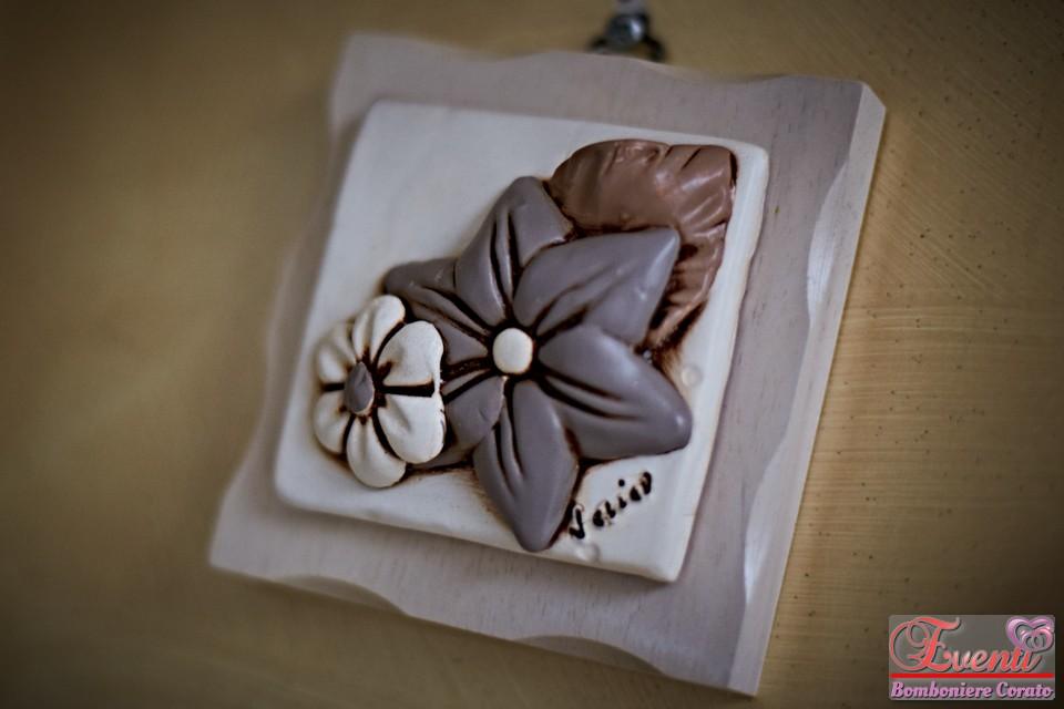 Formella in terracotta su legno decoro fiore