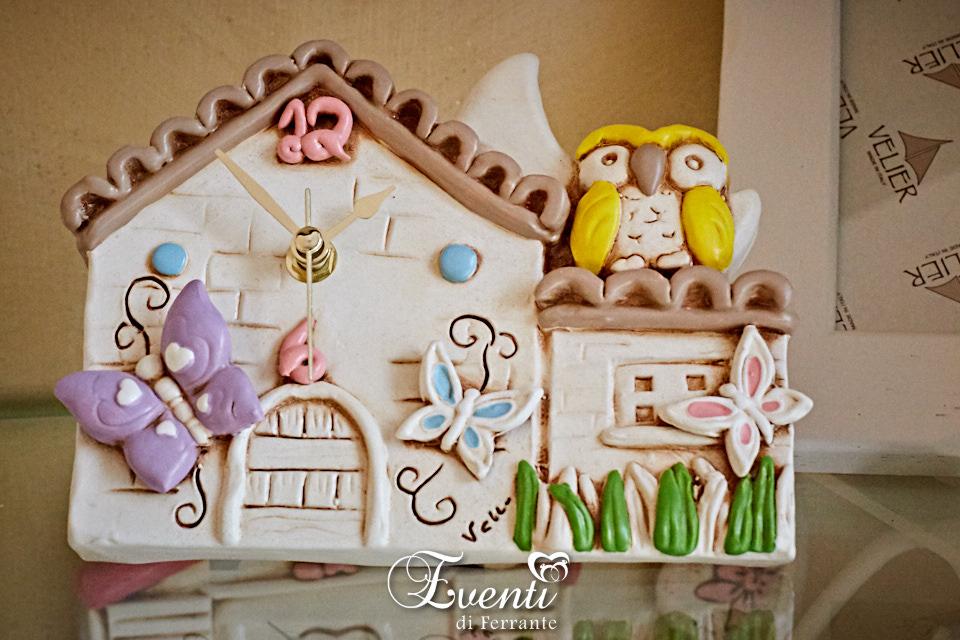Orologio casetta in terracotta con gufo e farfalle colorate