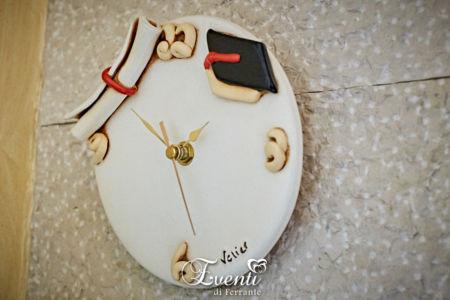 Orologio in terracotta con tocco e pergamena laurea - Ceramiche Artistiche Velier